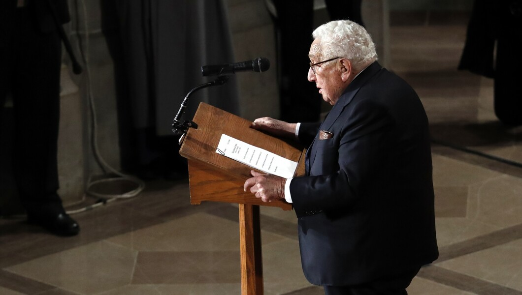 前国务卿亨利·基辛格于2018年9月1日星期六在华盛顿华盛顿国家大教堂为参议员约翰麦凯恩(R-Ariz。)举行追悼会。