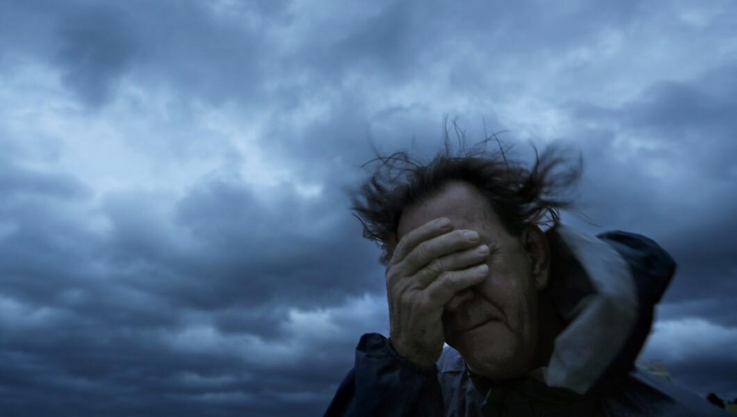 星期五,当佛罗伦萨飓风袭击南卡罗来纳州的默特尔海滩时,拉斯刘易斯从一阵风和一阵沙子中遮住了他的眼睛。