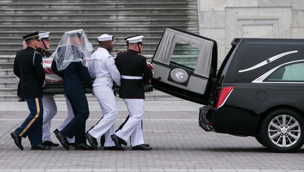 参议员约翰麦凯恩的棺材在星期六离开华盛顿特区国会大教堂的国会大厦时被放入车内。