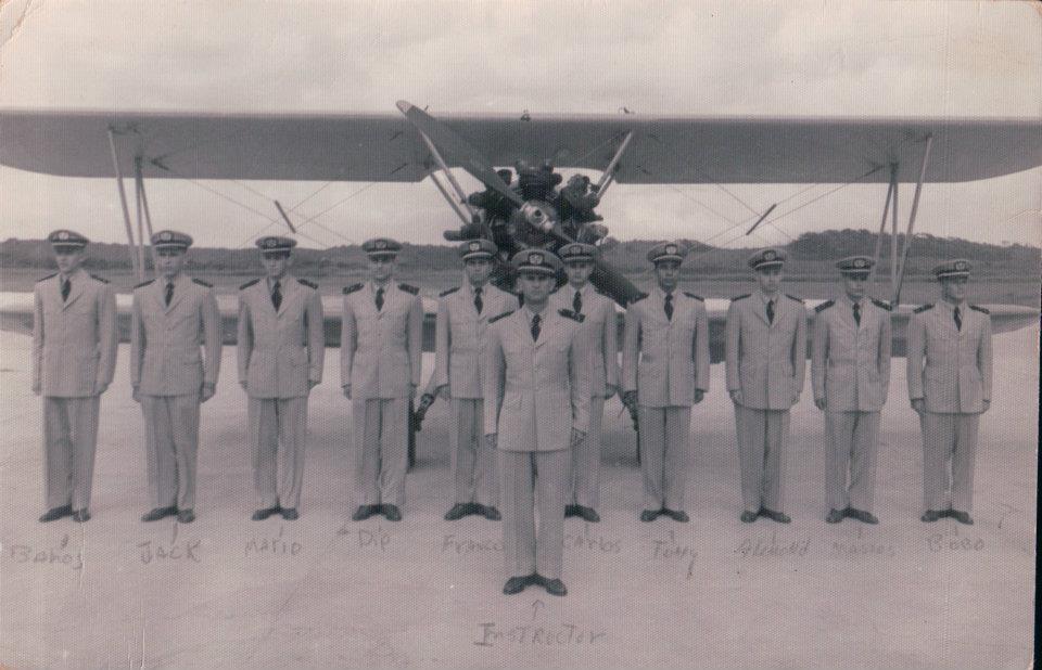 来自古巴的这张合影照片显示了一位年轻的安东尼奥·巴斯卡罗,他从右边排名第四。