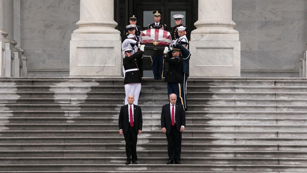 参议员约翰麦凯恩的棺材星期六离开华盛顿特区的国会大厦。