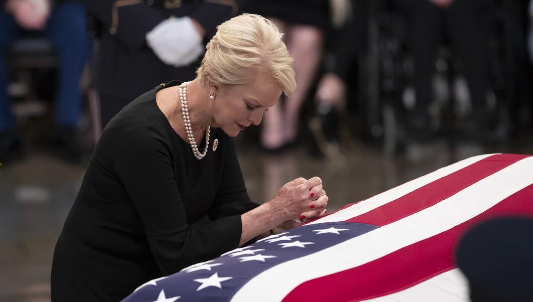 2016年8月31日星期五,在华盛顿举行的美国国会大厦圆形大厅的告别仪式上,来自亚利桑那州参议员约翰麦凯恩的妻子辛迪麦凯恩靠在他的旗帜棺材上。麦凯恩是一名六任参议员,前共和党总统候选人,以及一名在越南服役的海军飞行员,在那里他作为战俘忍受了五年半的时间。他于8月25日因脑癌死于81岁。
