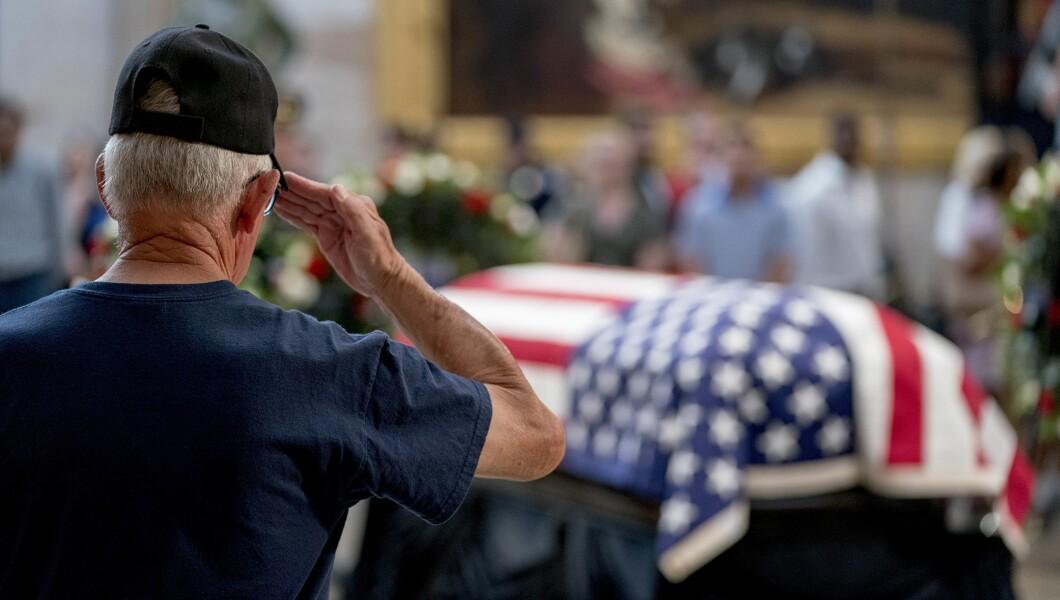 越南战争退伍军人于2018年8月31日星期五在华盛顿向美国国会大厦圆形大厅的参议员约翰麦凯恩的棺材致敬。