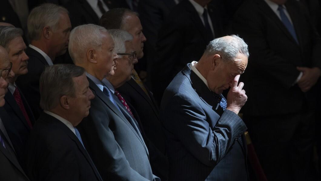 参议院少数党领袖Chuck Schumer,DN.Y。,中心和参议院其他成员,作为带有亚利桑那州参议员约翰麦凯恩遗骸的旗帜棺材,位于美国国会大厦圆形大厅举行告别仪式和公众探视,2018年8月31日星期五,在华盛顿。