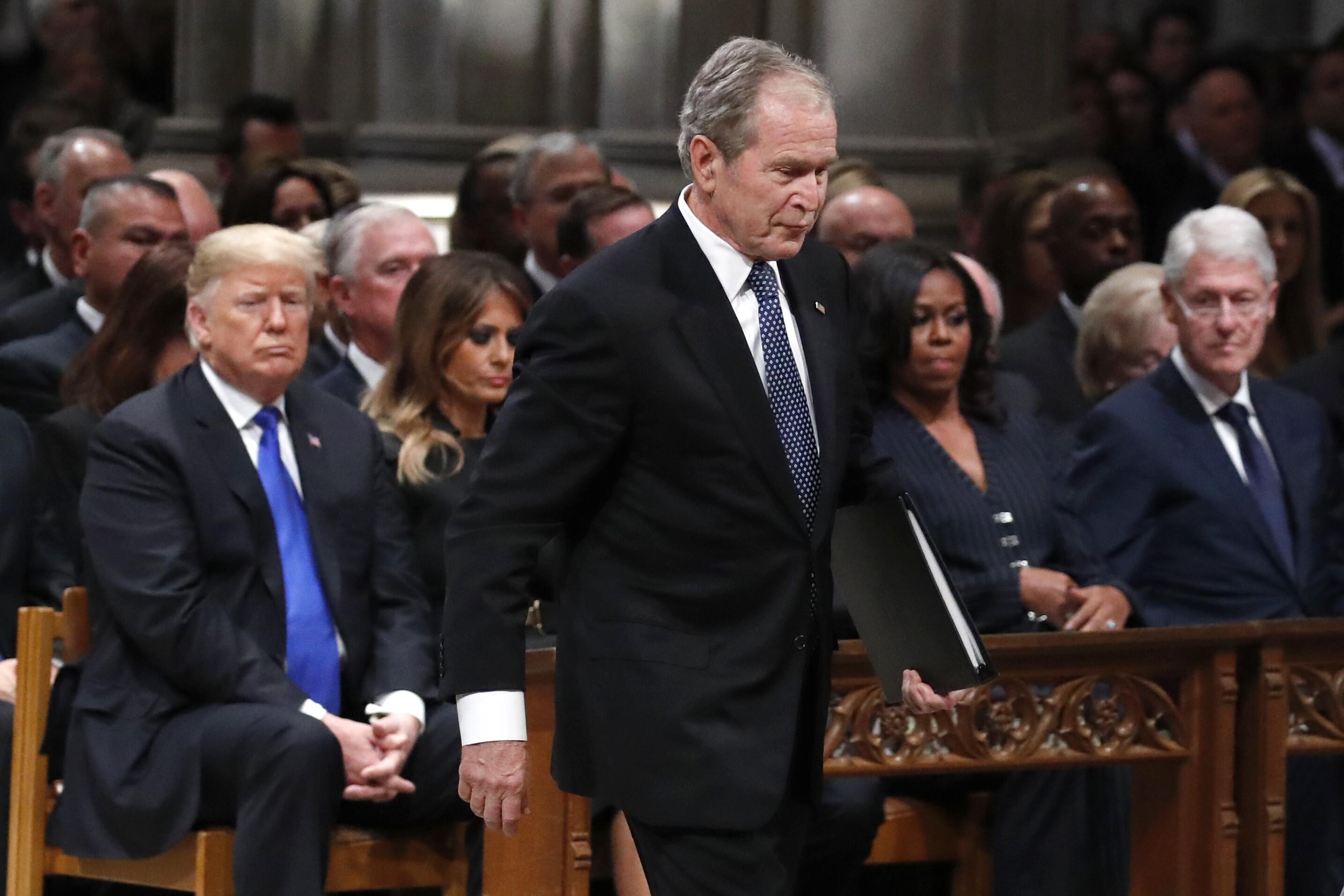 前总统乔治·W·布什走过特朗普总统,第一夫人梅拉尼娅·特朗普,米歇尔·奥巴马和前总统比尔·克林顿,为他的父亲,前总统乔治·H·W悼词。布什,在2018年12月5日国家大教堂的国葬期间,在华盛顿。