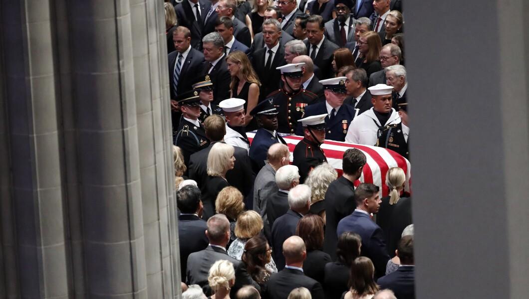 参议员约翰麦凯恩(R-Ariz。)的棺材于2018年9月1日星期六抵达华盛顿华盛顿国家大教堂,进行追悼会。