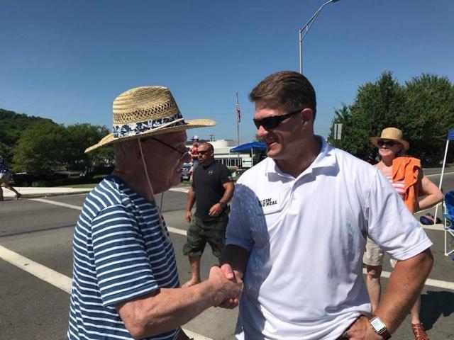 宾夕法尼亚州共和党众议员蒂姆奥尼尔(右图)在一次活动中向人们讲话。奥尼尔试图在11月份为自己的民主党对手克拉克·米切尔(Clark Mitchell Jr.)辩护。
