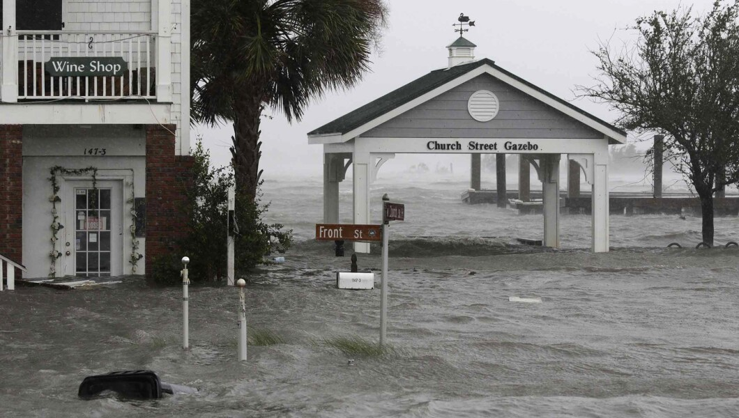 星期五,佛罗伦萨飓风袭击了位于Swansboro N.C.市中心的Front Street,大风和水环绕着建筑物。