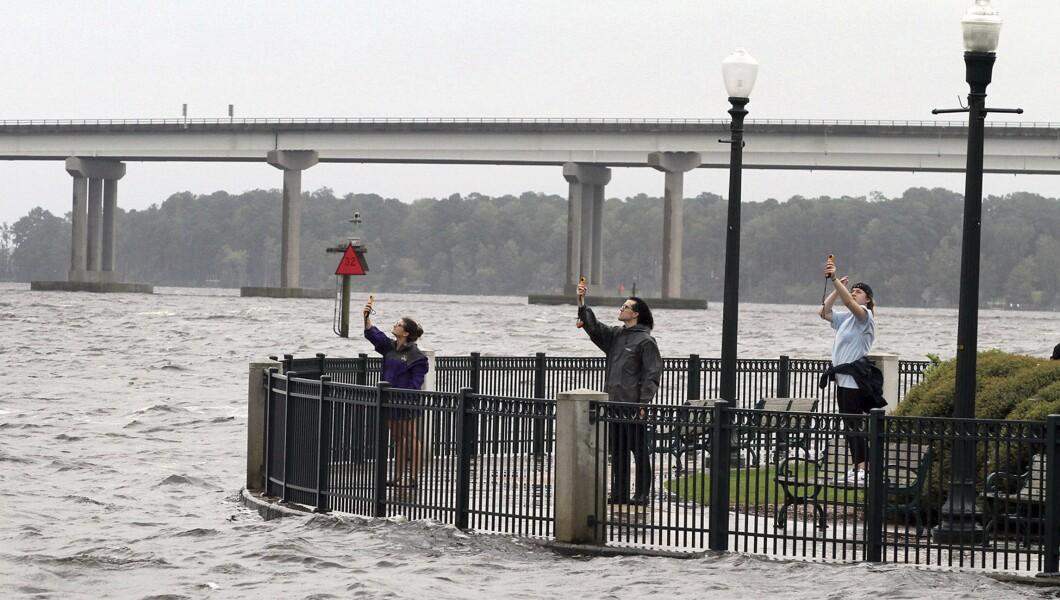 Coastal Storms班的学生周四使用风速计测量位于新泽西州新伯尔尼的Union Point公园的风速。