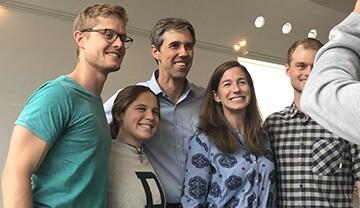 中间的Beto O'Rourke和右边第二的Amy O'Rourke在达特茅斯学院拍照。