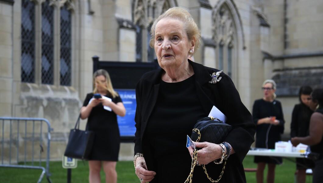 前国务卿马德琳奥尔布赖特于2018年9月1日星期六在华盛顿华盛顿国家大教堂为参议员约翰麦凯恩(R-Ariz。)举行追悼会。