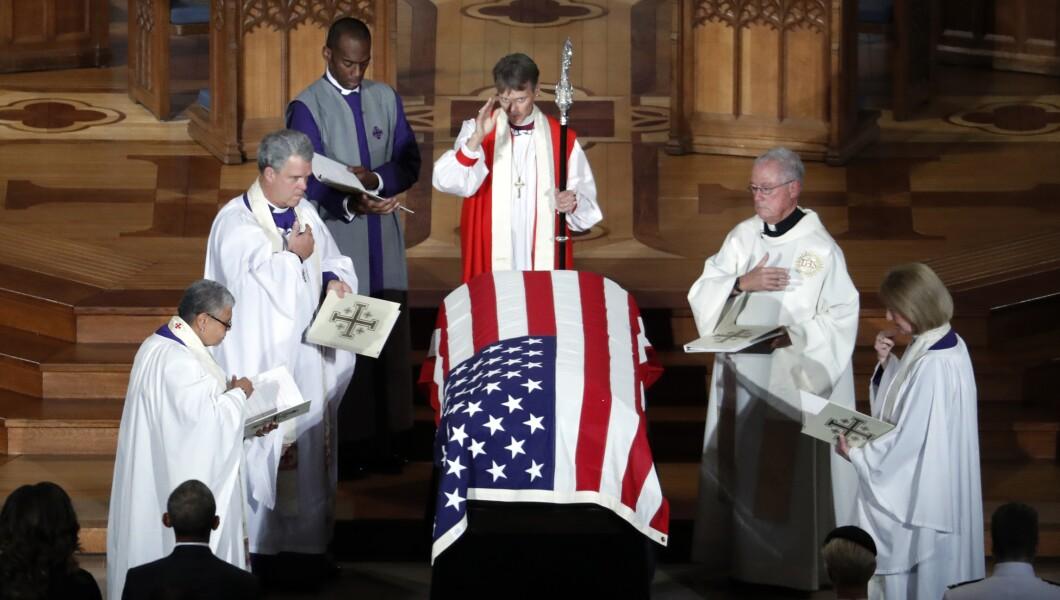 星期六在华盛顿国家大教堂举行的追悼仪式结束时,参议员约翰麦凯恩(R-Ariz。)的棺材很幸运。