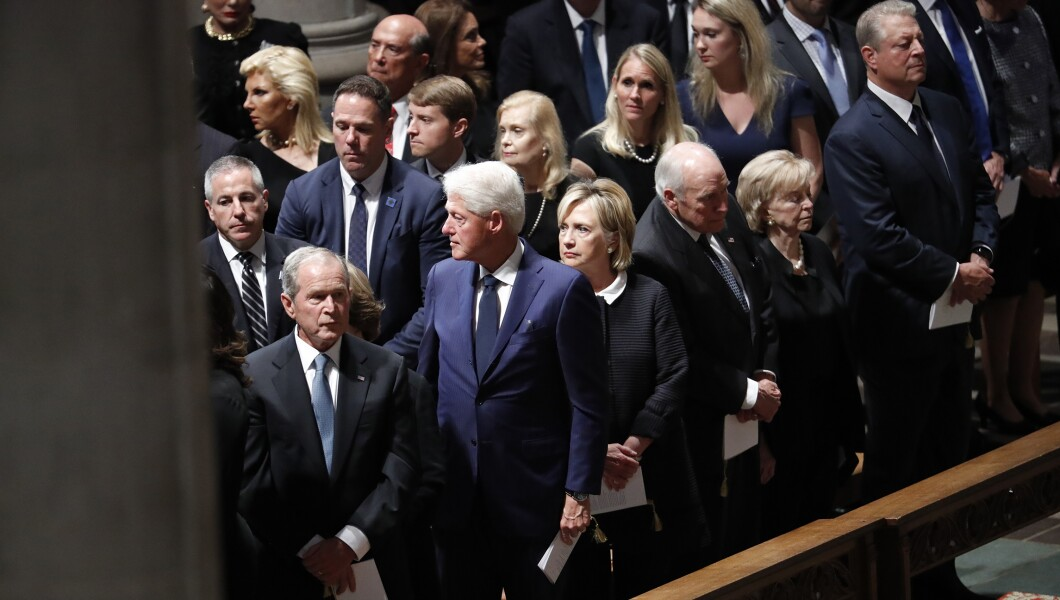 前总统布什,前总统比尔克林顿和他的妻子前国务卿希拉里克林顿,前副总统迪克切尼和他的妻子林恩和前副总统戈尔抵达参议员约翰麦凯恩,R-Ariz的追悼会星期六在华盛顿的华盛顿国家大教堂。