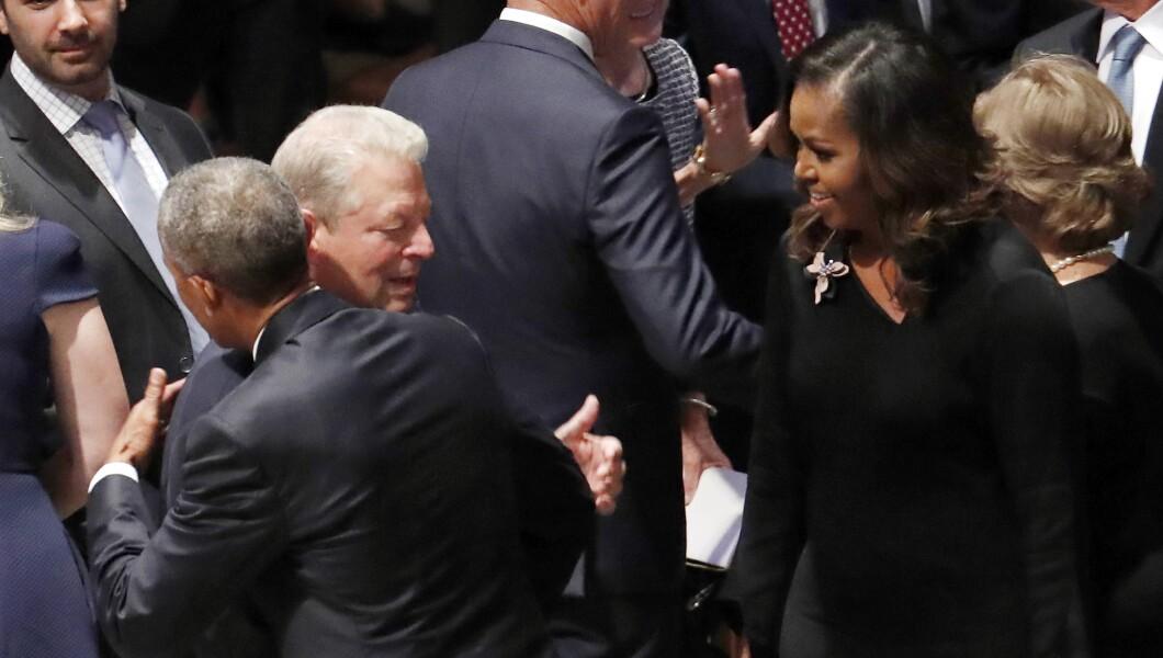 美国前总统巴拉克•奥巴马(Barack Obama)周六在华盛顿国家大教堂(Washington National Cathedral)为参议员约翰•麦凯恩(John McCain)在华盛顿国家大教堂举行的纪念仪式前观看前总统阿尔·戈尔(Al Gore)。