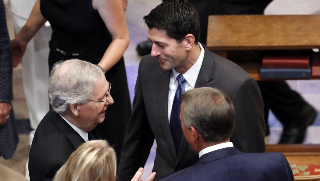 参议院多数党领袖Mitch McConnell,左上角,与众议院发言人Paul Ryan谈话,他的妻子Janna Ryan和前众议院议长John Boehner周六在华盛顿华盛顿国家大教堂为参议员约翰麦凯恩(R-Ariz。)悼念。 。