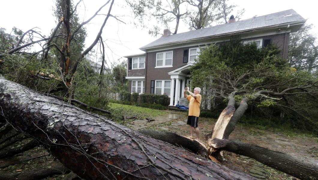 在佛罗伦萨飓风星期五登陆后,Mike Kiernan拍摄了他在新英格兰威尔明顿的家中受损的照片。