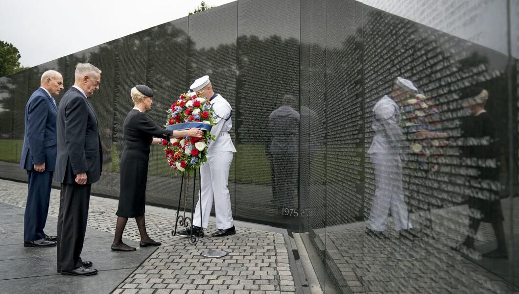 在亚利桑那州参议员约翰麦凯恩的妻子辛迪麦凯恩的陪同下,特朗普总统的参谋长约翰凯利离开,左边第二位的国防部长吉姆马蒂斯在华盛顿的越战纪念碑上献了一枚花圈。 ,2018年9月1日。