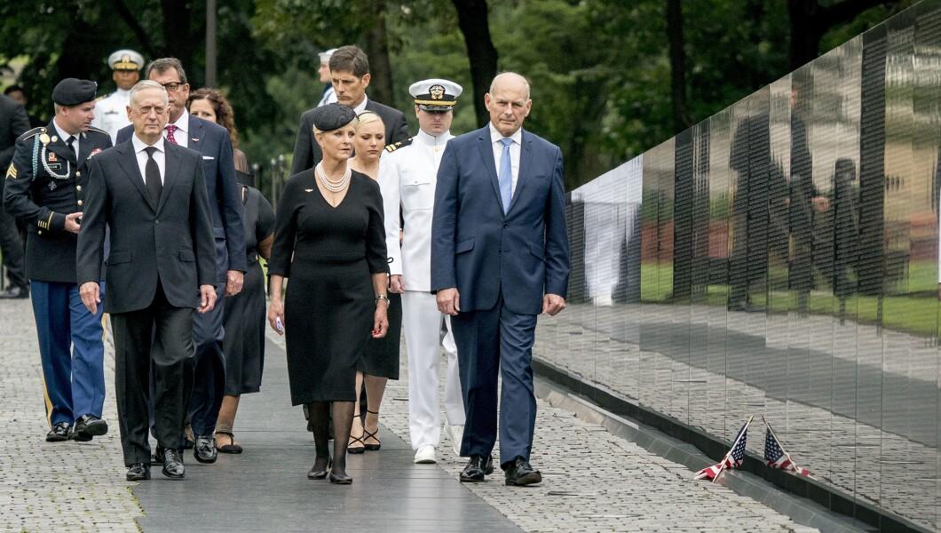 亚利桑那州参议员约翰麦凯恩的妻子辛迪麦凯恩,在特朗普总统的参谋长约翰凯利的陪同下,右翼,国防部长吉姆马蒂斯,以及家人,于周六抵达华盛顿的越战纪念碑, 2018年9月1日,在一场葬礼游行期间,将她丈夫的棺材从美国国会大厦运到国家大教堂进行纪念仪式。麦凯恩在越南战争期间担任海军飞行员,并且是一名战俘超过五年。