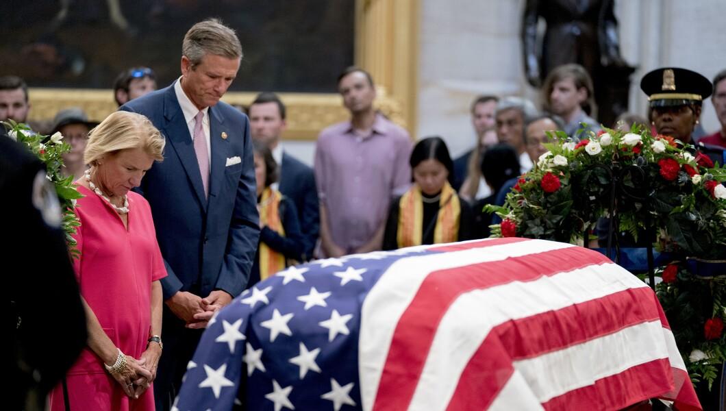 参议员Shelley Moore Capito,RW.Va。,离开,她的丈夫Charles Capito向参议员约翰麦凯恩致敬,因为他在美国国会大厦的圆形大厅,8月31日星期五,2018年,在华盛顿。