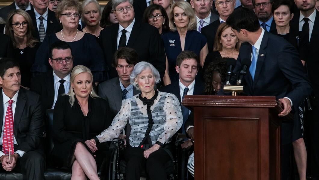 众议院议长保罗瑞恩(右)发表演讲,如罗伯塔麦凯恩(图中),梅根麦凯恩(左二),以及参议员约翰麦凯恩家族的其他成员。