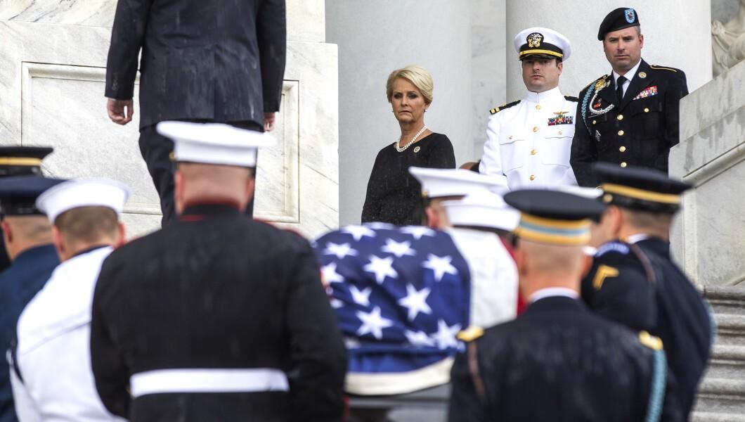 参议员约翰·麦凯恩(R-Ariz。)的旗帜棺材将于2018年8月31日星期五在华盛顿举行,美国国会大厦的台阶将由她的儿子杰克·麦凯恩(Jack McCain)加入,右上方是辛迪·麦凯恩(Cindy McCain)。和詹姆斯麦凯恩一起看。
