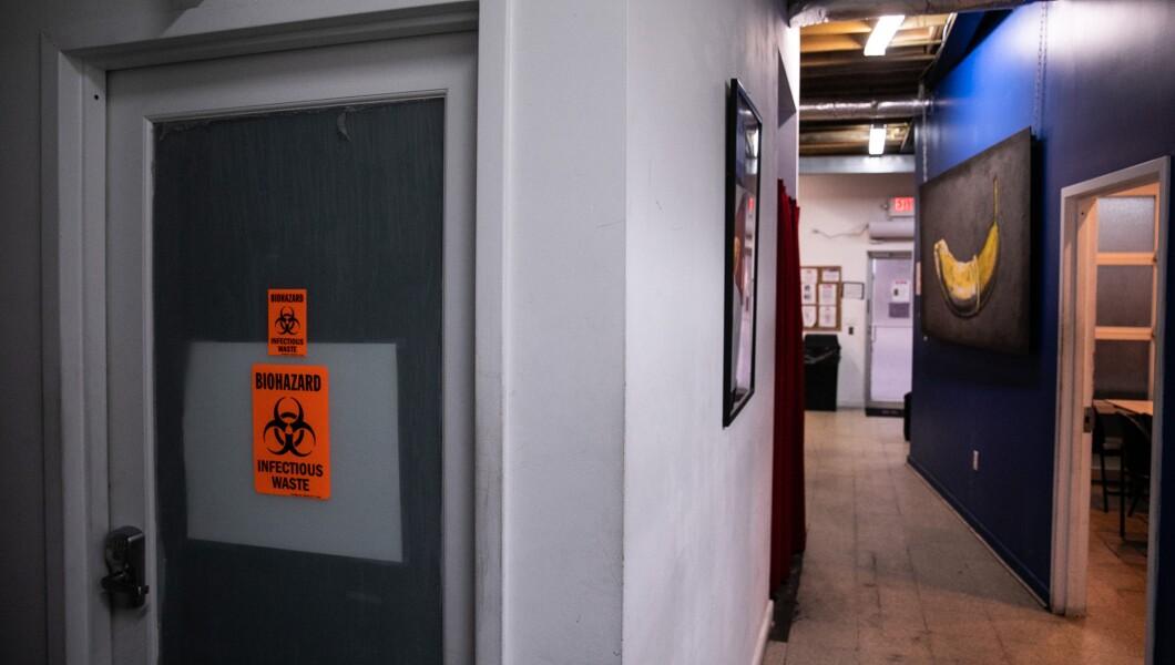 在HCI的D.C.办公室可以看到一个通向一个含有废物的房间的走廊。