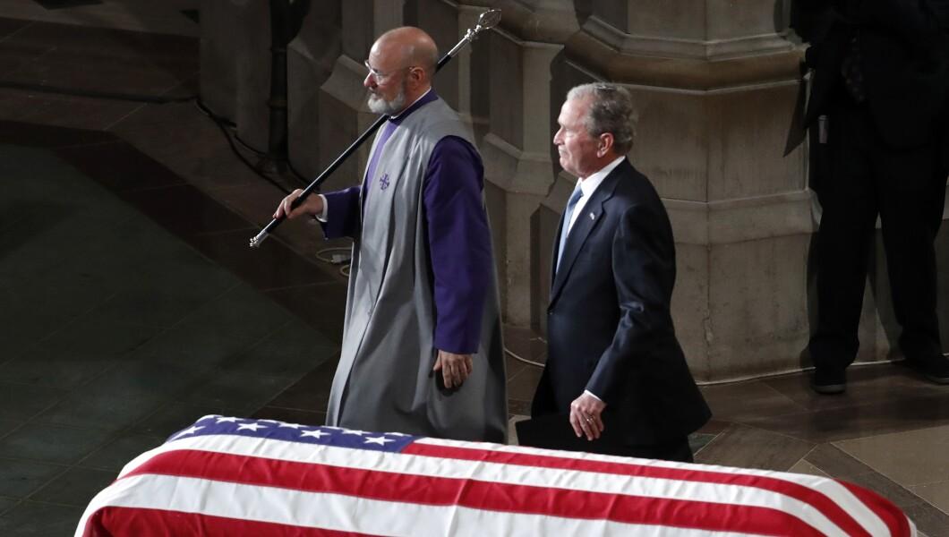 2018年9月1日星期六,前总统乔治·W·布什在华盛顿华盛顿国家大教堂为参议员约翰·麦凯恩(John McCain)在华盛顿国家大教堂举行的追悼会上讲话后离开。