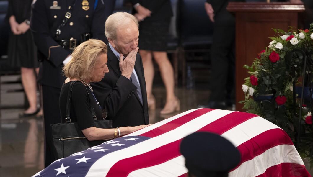 参议员Joe Lieberman,和他的妻子Hadassah Lieberman,在亚利桑那州参议员约翰麦凯恩的旗帜棺材上表示敬意,他在国会生活和工作了40多年,在美国国会大厦圆形大厅,星期五,8月。 2018年31日,在华盛顿。麦凯恩是一名六任参议员,前共和党总统候选人,以及一名在越南服役的海军飞行员,在那里他作为战俘忍受了五年半的时间。他于8月25日因脑癌死于81岁。
