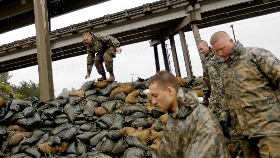 北卡罗来纳州国民警卫队的成员在Lumber河附近的高速公路立交桥下完成堆积沙袋,预计将于周五在北卡罗来纳州Lumberton的飓风佛罗伦萨下雨。