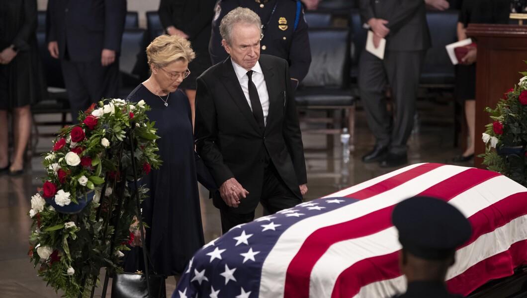 演员沃伦·比蒂,和他的妻子安妮特·贝宁,在亚利桑那州参议员约翰·麦凯恩的旗帜棺材中表达敬意,他在国会生活和工作了40多年,在美国国会大厦圆形大厅,8月31日星期五,2018年,在华盛顿。麦凯恩是一名六任参议员,前共和党总统候选人,以及一名在越南服役的海军飞行员,在那里他作为战俘忍受了五年半的时间。他于8月25日因脑癌死于81岁。