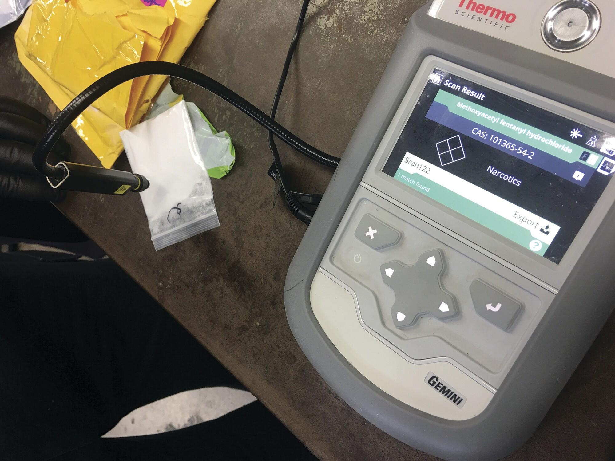 在过去几年中,港口已开始使用手持式数字工具测试物质并立即确定塑料袋内的物质。该机器可以让人员立即回答他们正在看的东西,防止他们打开行李并将自己暴露在危险物质中。