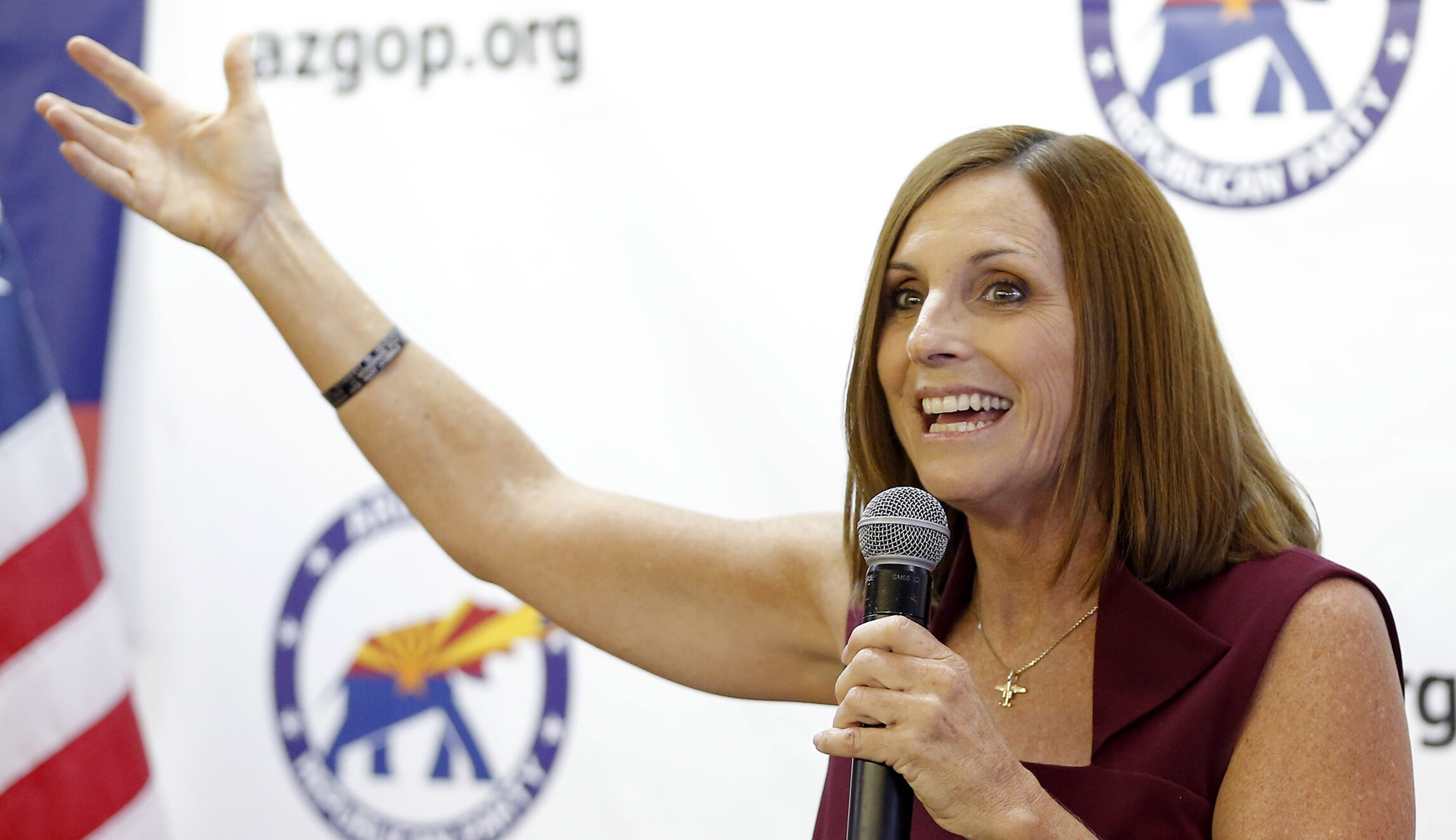 亚利桑那州众议院议员玛莎麦克萨利在亚利桑那州太阳城举行的竞选集会上发表讲话。