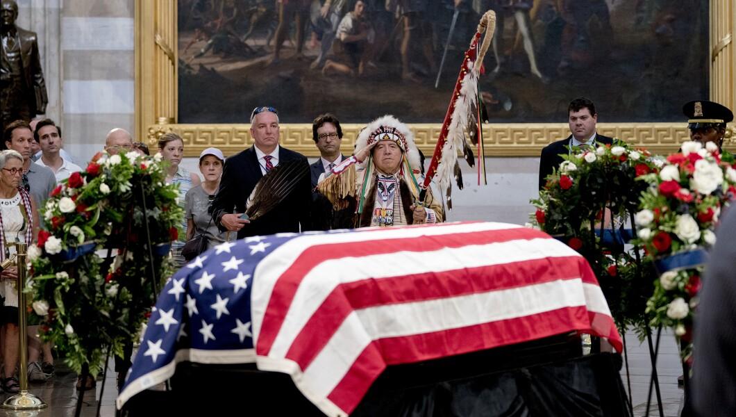 Shakopee Mdewakanton Sioux社区的部落领袖和越战老兵Glynn Crooks(Wambdi Ho'Waste)向美国国会大厦圆形大厅所在州参议员约翰麦凯恩(R-Ariz。)致敬。 ,2018年8月31日,星期五,在华盛顿。