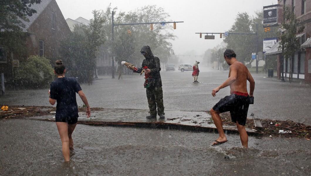人们调查周五在新泽西州新伯尔尼市中心的佛罗伦萨飓风造成的破坏。