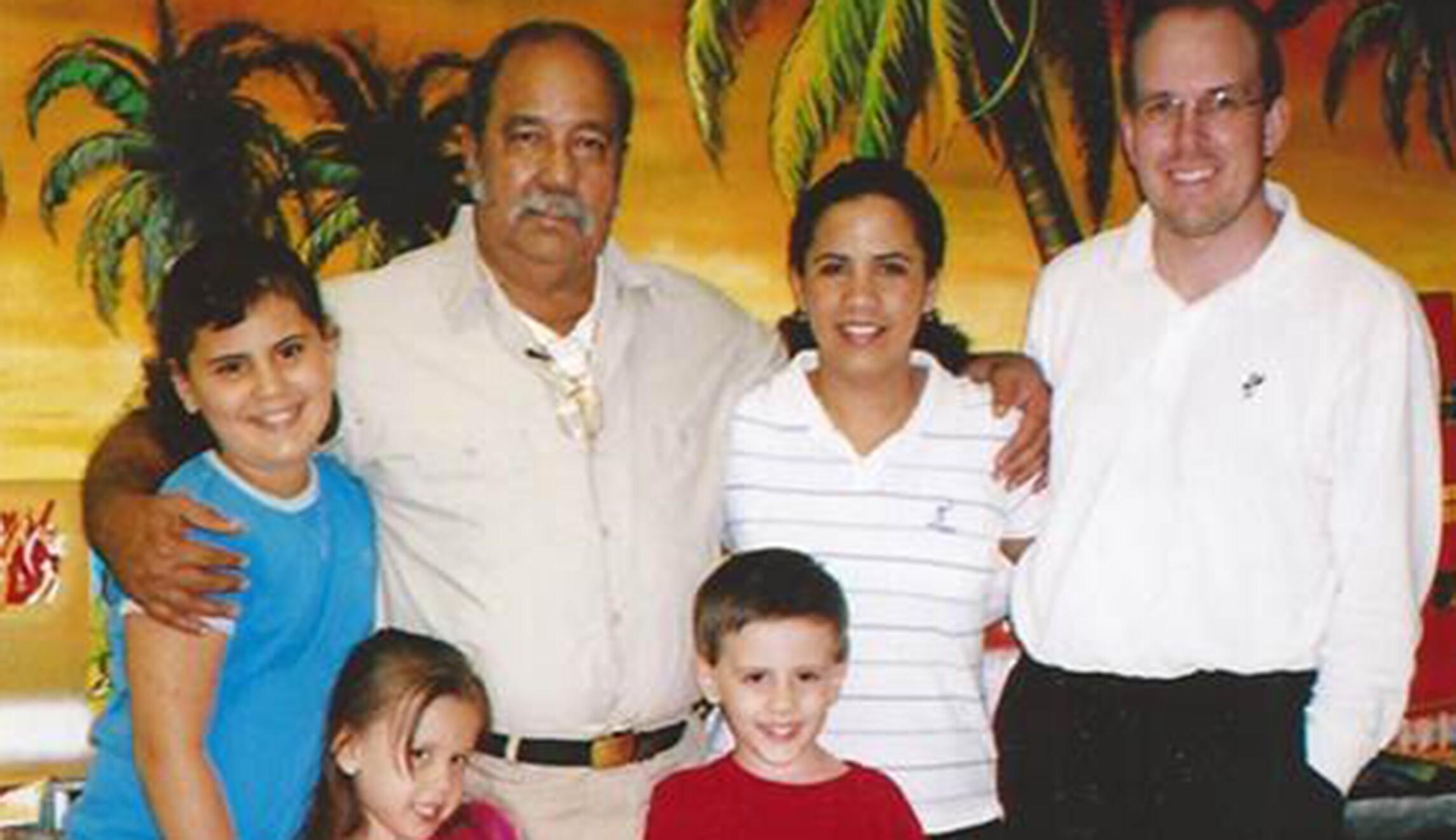 Antonio Bascaro(左上角,第二排)与家人合照。