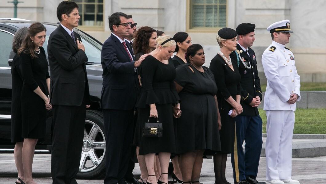 星期六,参议员约翰麦凯恩的女儿,梅根(中)和麦凯恩家族的其他成员出现在棺材离开国会大厦。