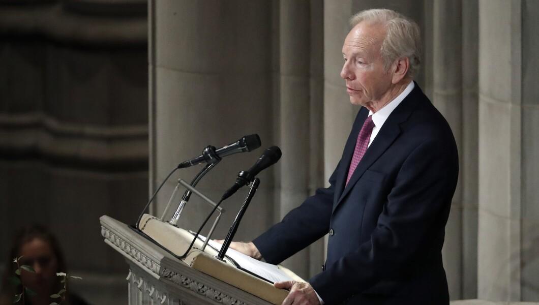 前参议员约瑟夫利伯曼在2018年9月1日星期六在华盛顿华盛顿国家大教堂为参议员约翰麦凯恩(R-Ariz。)举行的追悼会上发表讲话。