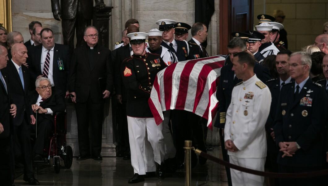 参议员约翰麦凯恩的棺材被带入华盛顿特区的国会大厦圆形大厅。