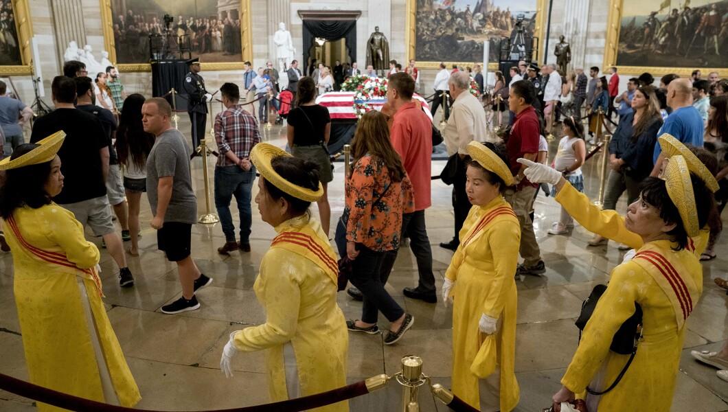一群穿着传统服饰的南越妇女向美国华盛顿州参议员约翰麦凯恩致敬,他于2018年8月31日星期五在华盛顿的美国国会大厦圆形大厅里。