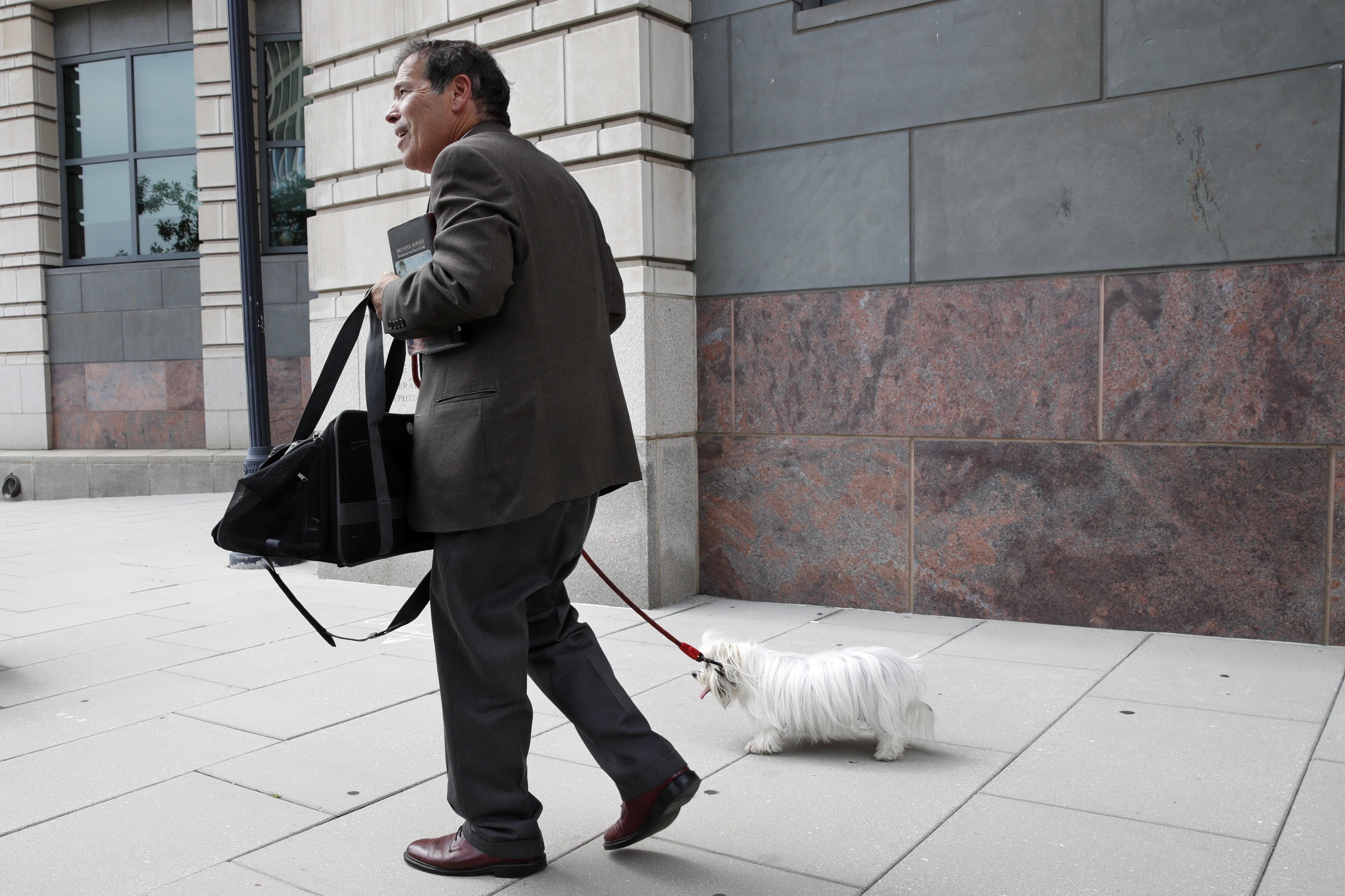 纽约电台主持人Randy Credico与他的狗比安卡一起离开联邦法院后,在大陪审团面前听取了特别律师罗伯特·穆勒(Robert Mueller)调查俄罗斯在华盛顿举行的2016年总统选举中的干涉。
