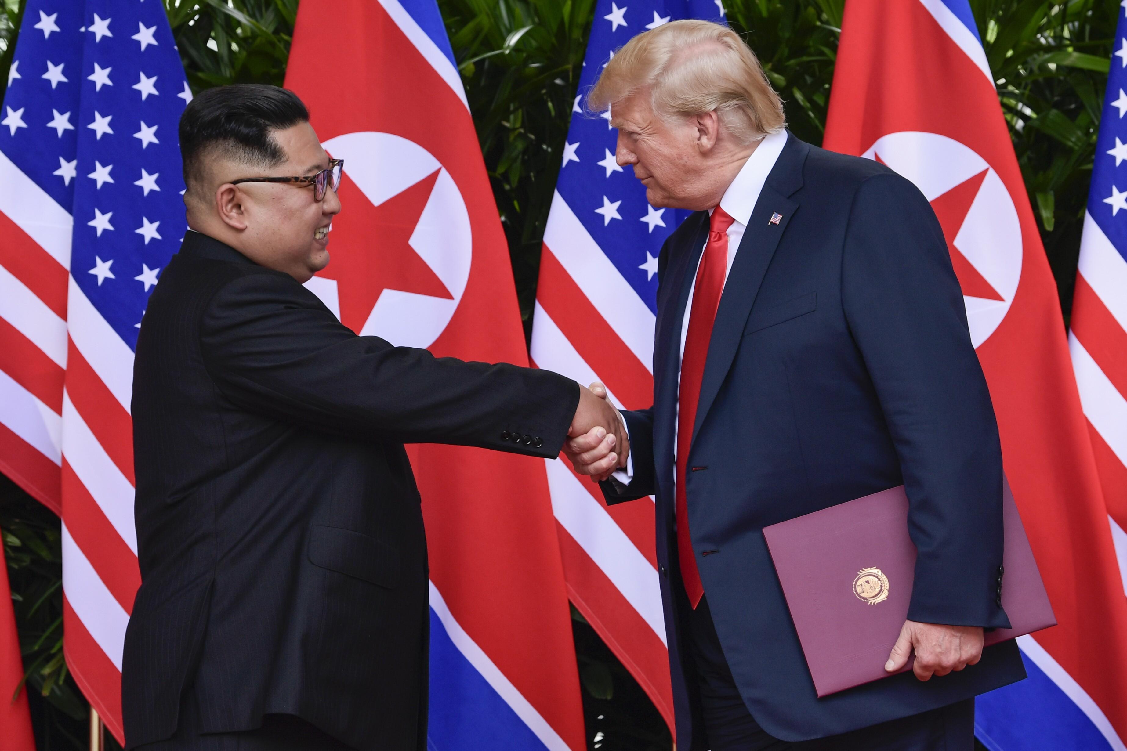 朝鲜领导人金正恩和特朗普总统于2018年6月12日在新加坡圣淘沙岛的卡佩拉度假胜地举行会谈时握手。