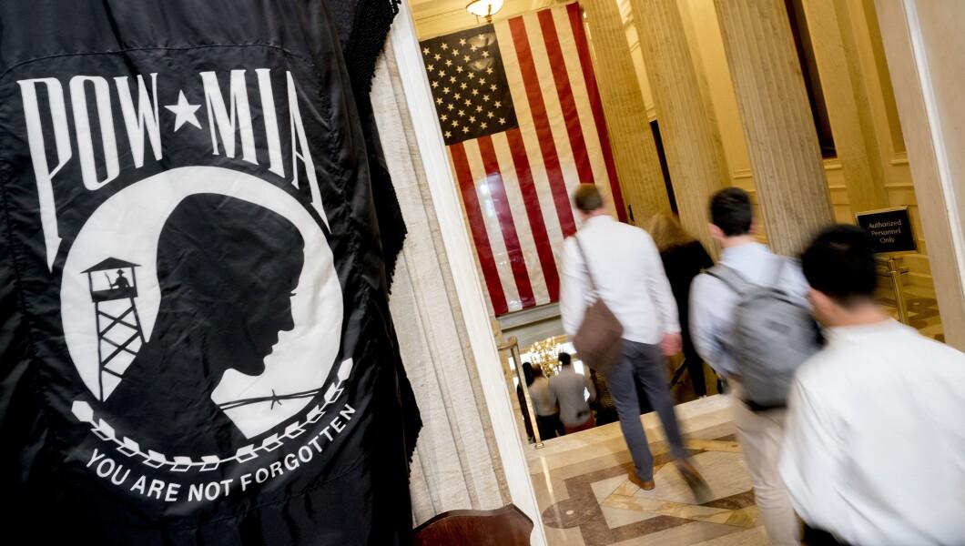 游客离开圆形大厅后,在亚利桑那州的参议员约翰麦凯恩,在2018年8月31日星期五,在华盛顿,他在美国国会大厦的所在地。