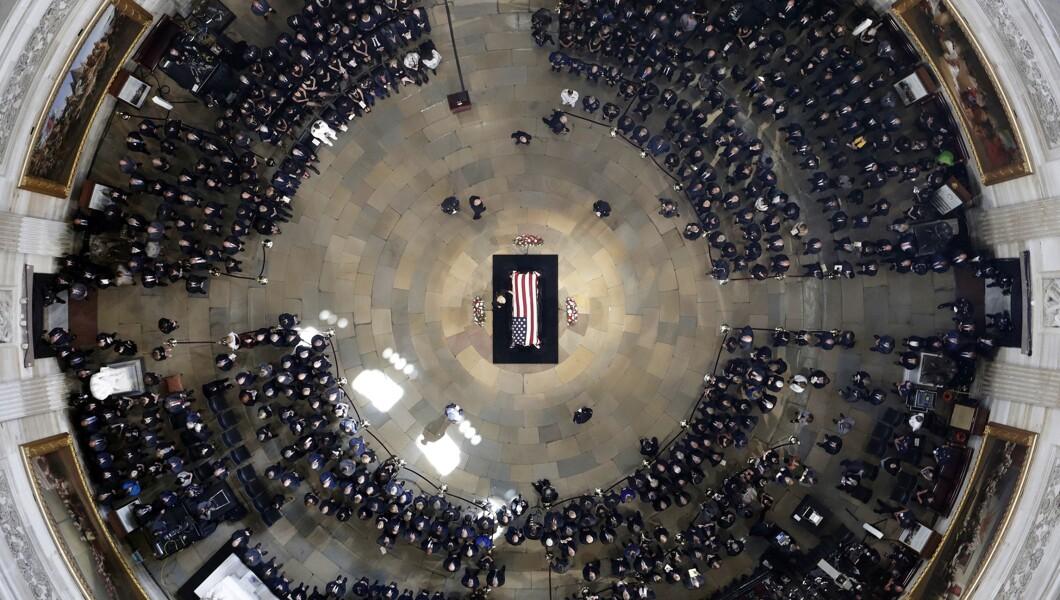 参议员约翰麦凯恩(R-Ariz。)的棺材被描绘为他于2018年8月31日星期五在华盛顿的美国国会大厦圆形大厅所在地。