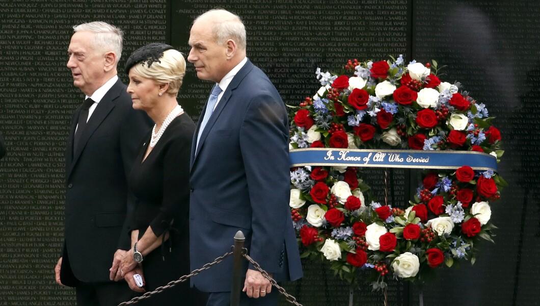参议员约翰麦凯恩,R-Ariz。与国防部长吉姆马蒂斯的妻子辛迪麦凯恩,以及白宫办公厅主任约翰凯利,于9月1日星期六在越战纪念碑上献花圈后离开。 2018年,在华盛顿。