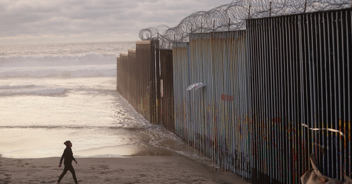 Mexicans arrested in Tijuana for stealing razor wire from