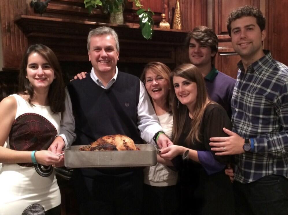 Tomeau Vadell est accompagné de ses filles Cristina (à gauche) et de sa fille Veronica (à droite) à l'occasion de Thanksgiving 2015. Son épouse Dennysse, son fils Diego et son beau-fils sont également représentés.