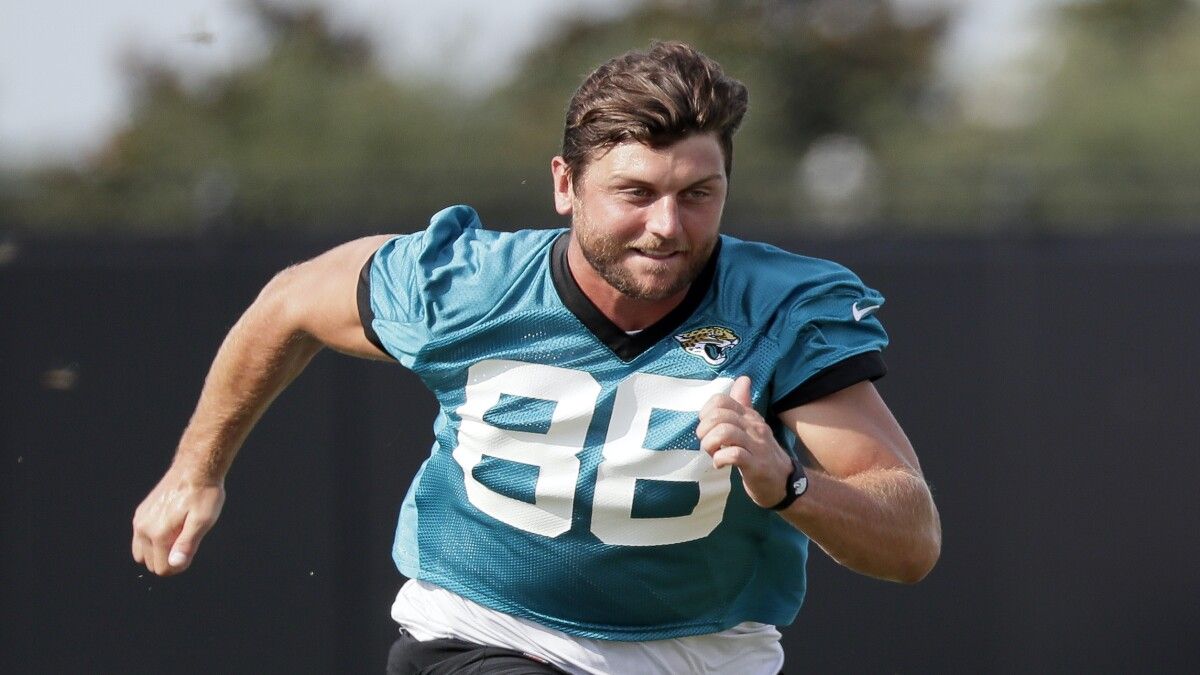 Jaguars tight end Tyler Eifert honors slain retired St. Louis police captain on NFL field