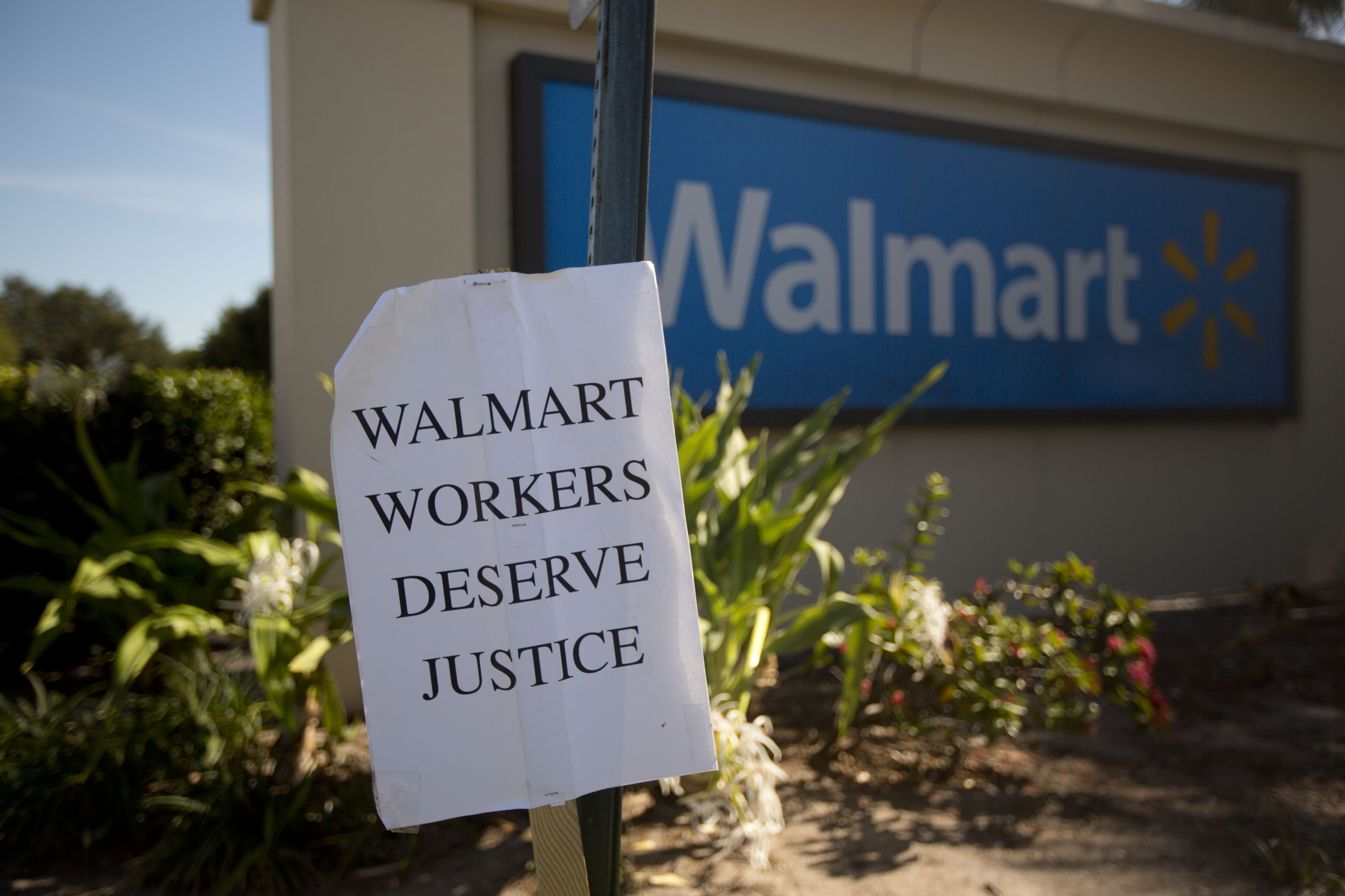 Walmart violated workers\' union rights, judge says